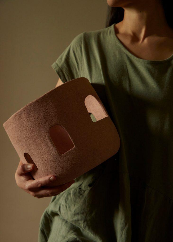 ceramica mujer mano