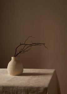 jarron ceramica con amas mesa de lino