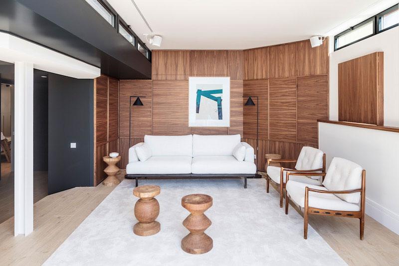 sofa diseño en salon panelado madera
