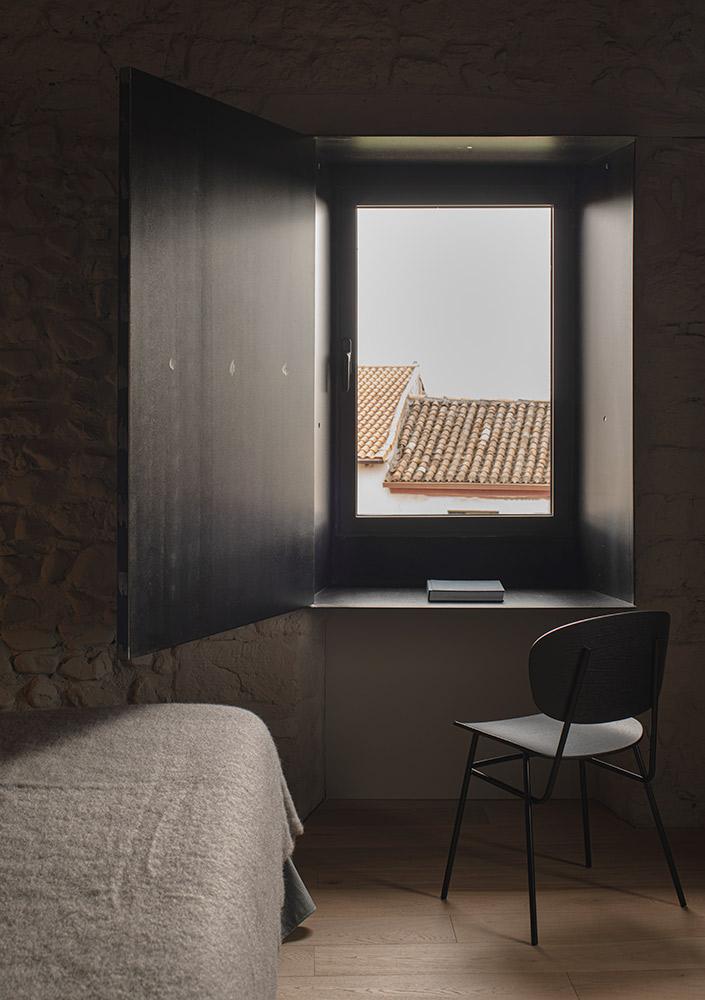 ventana silla de diseño dormitorio suite en hotel boutique Casa Grande la rioja
