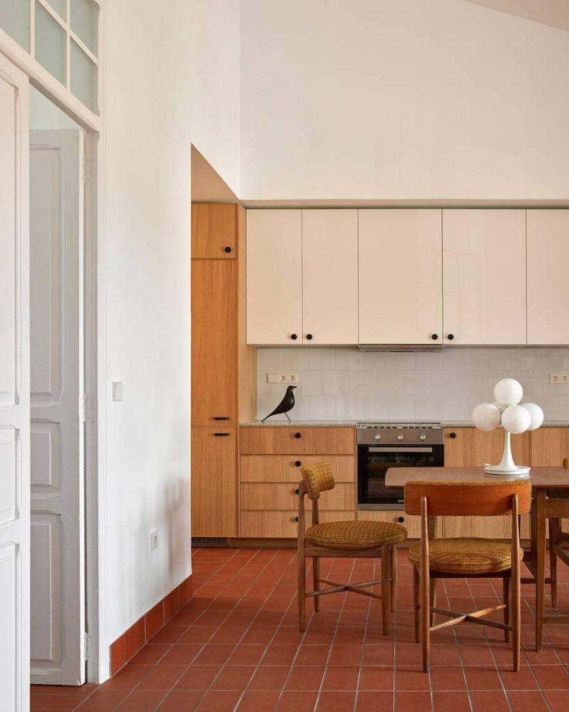 cocina a medida con estetica retro mobiliario años 50